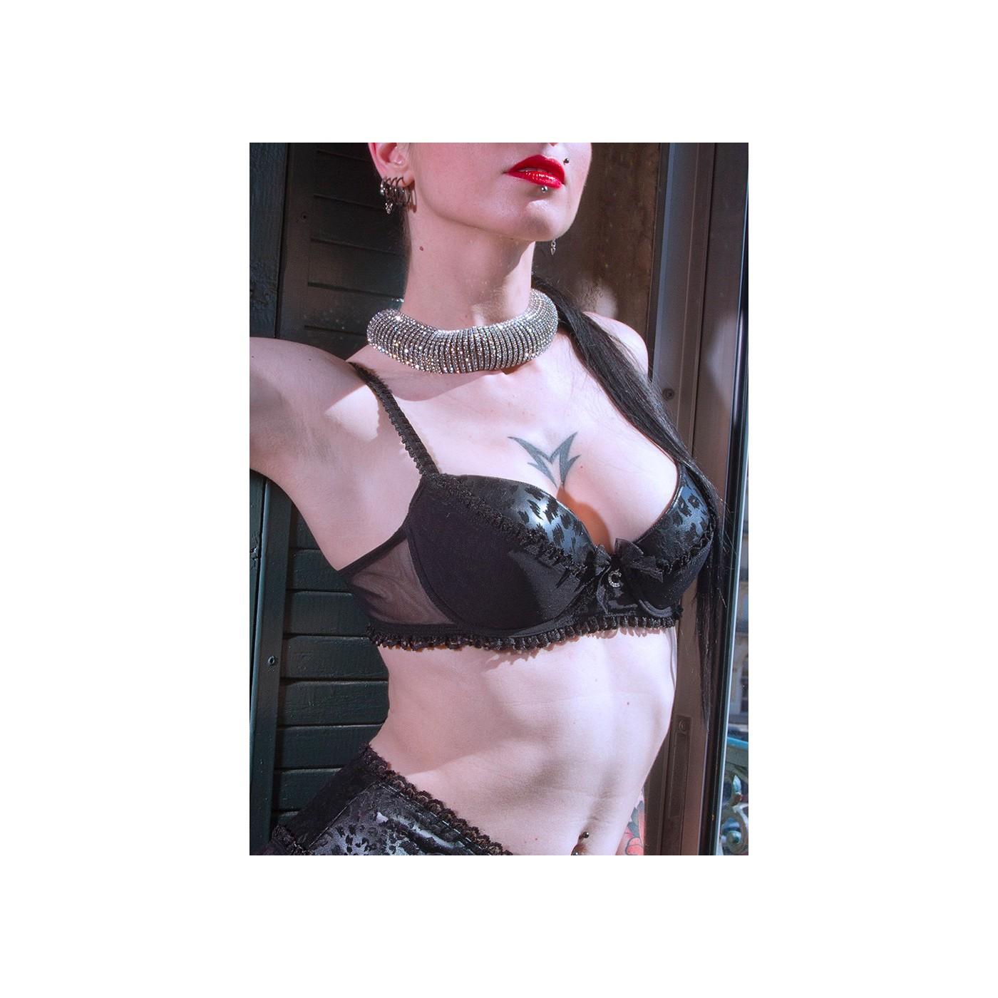 Anushka, sexy black wetlook bra - Patrice Catanzaro